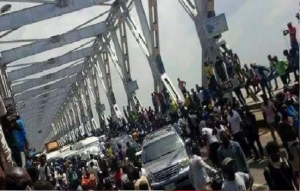 panic-in-onitsha-as-soldiers-block-niger-bridge
