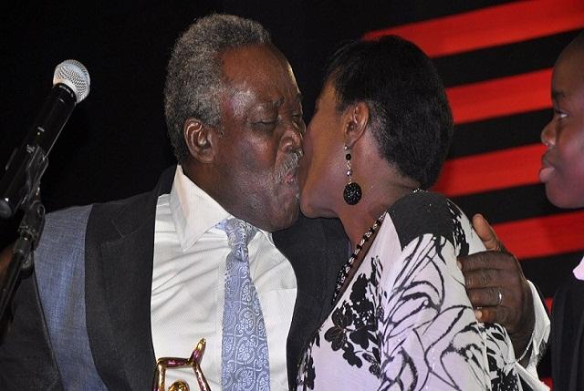 olu-jacobs-kissing-joke-on-stage