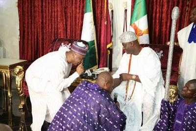 Senate president Bukola Saraki bows as he receives Ooni of Ife, H.R.H Oba Adeyeye Ogunwusi in Abuja theinfong.com