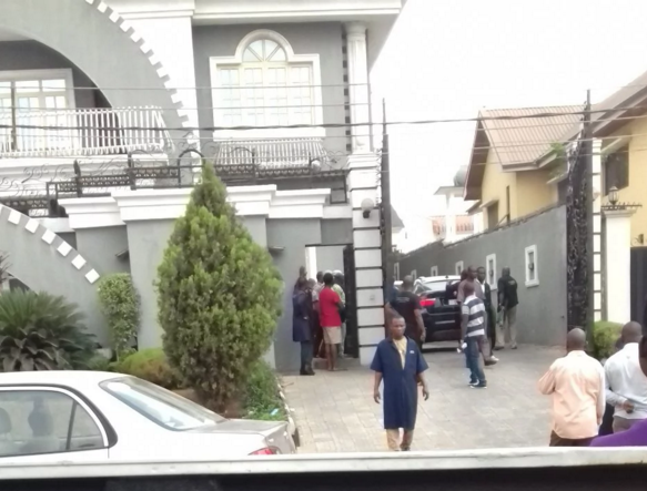 See the moment policemen stormed P Square house - See what really happened (See Photos) theinfong.com