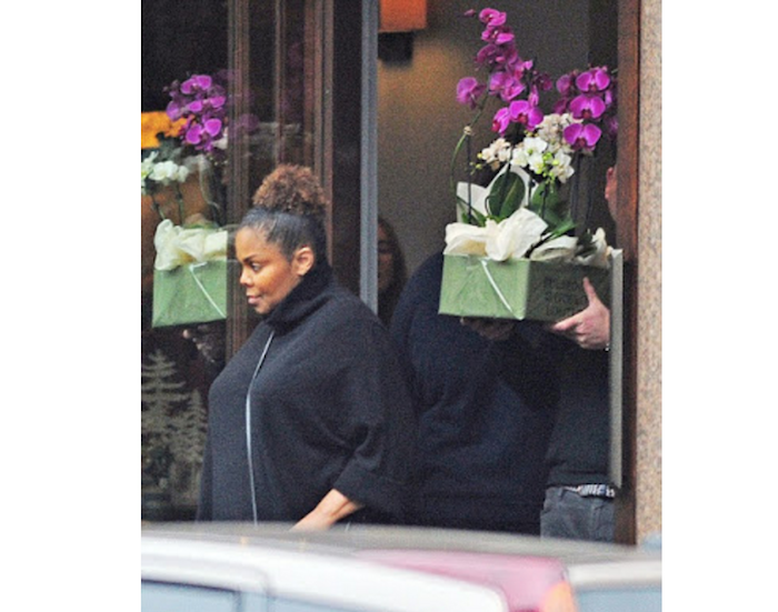 pregnant-janet-jackson-seen-buying-flowers-in-london-theinfong-com-700x551