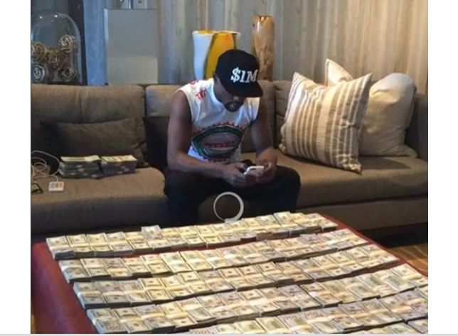 Floyd Mayweather shows off stacks of $100 bills