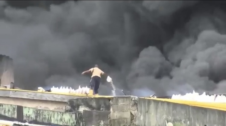 Video of fire fighter using bucket and water to put out Balgon Market fire (Video)