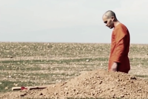 ISIS-prisoner-forced-to-dig-his-own-grave-before-being-beheaded-1