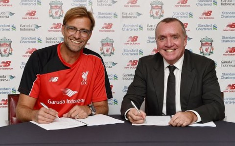 New-Manager-of-Liverpool-Jurgen-Klopp-signs-his-new-contract-with-Ian-Ayre-chief-executive-officer-on-October-8-2015