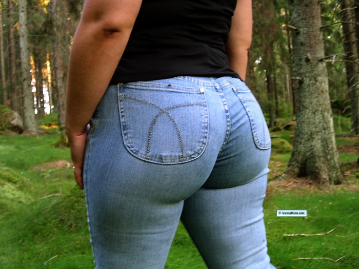 atinna_big_butt_in_jeans-700x525